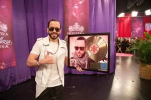 Yandel Recibe Disco De Oro