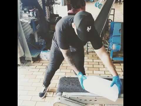 0 413 - Daddy Yankee trabajando en fábrica de hielo para llevárselo ala gente que lo necesita en PR
