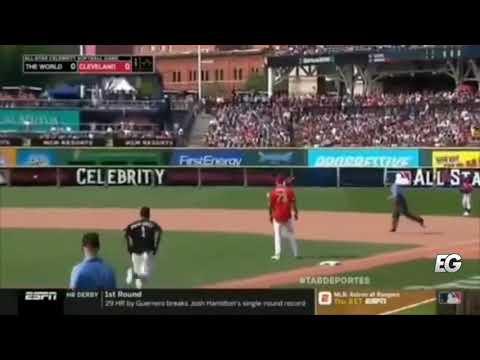 0 26 - Daddy Yankee conectó un triple en su primer turno al bate pero casí se le caen los pantalones